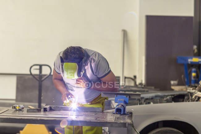Сварщик на работу в магазин ремонт кузова — стоковое фото