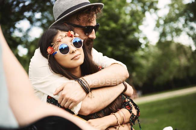 Пара романтичних молодих Бохо обіймати на фестивалі на відкритому повітрі — стокове фото