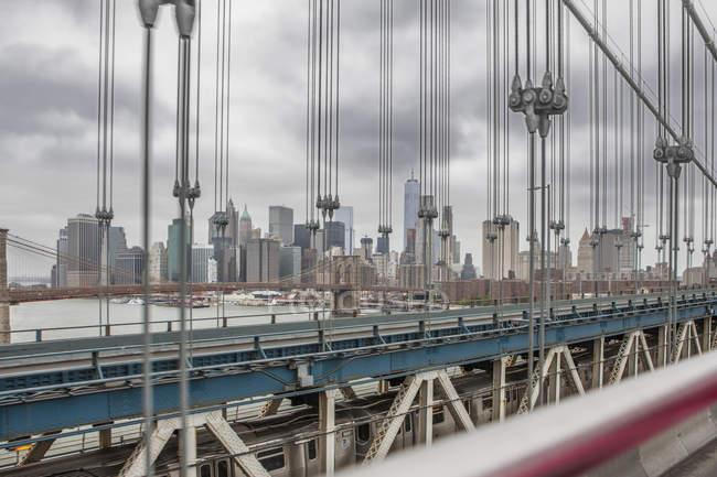 Vista del horizonte de Nueva York desde Manhattan Bridge, Nueva York, Nueva York, EE.UU. - foto de stock