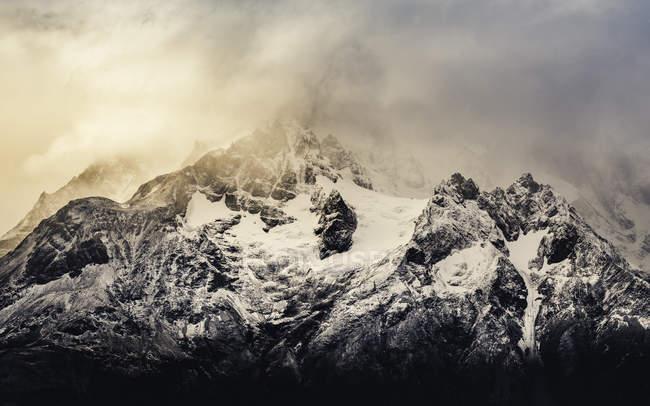 Gewitterwolken über schneebedecktem paine grande, Torres del paine Nationalpark, Chile — Stockfoto