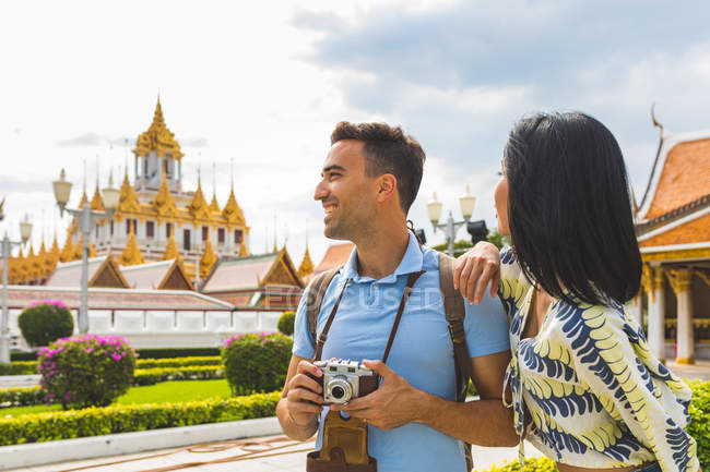 Young tourist couple visiting temple, Bangkok, Thailand — Stock Photo