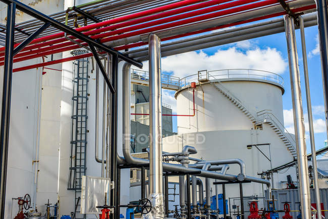 Tanques de almacenamiento y tuberías industriales en la planta de biocombustibles - foto de stock