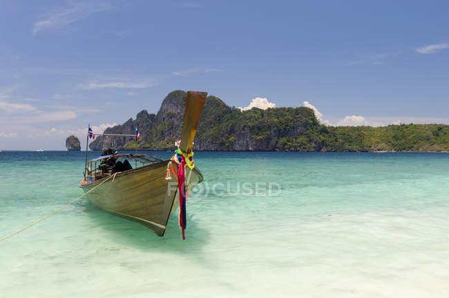 Bateau sur Yong Kasem ou Monkey Beach, île de Phi Phi Don, Thaïlande — Photo de stock