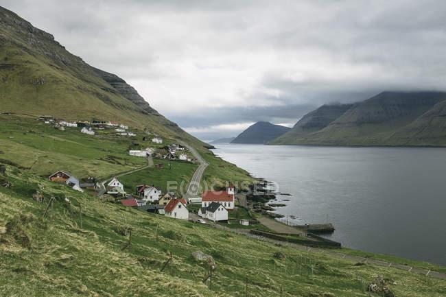 Beobachtungsblick auf Kunoy Insel oder Fraueninsel mit kleinen Häusern auf Hügeln, Färöer Inseln, Dänemark — Stockfoto