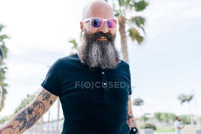 Portrait de mature hipster homme en lunettes de soleil — Photo de stock