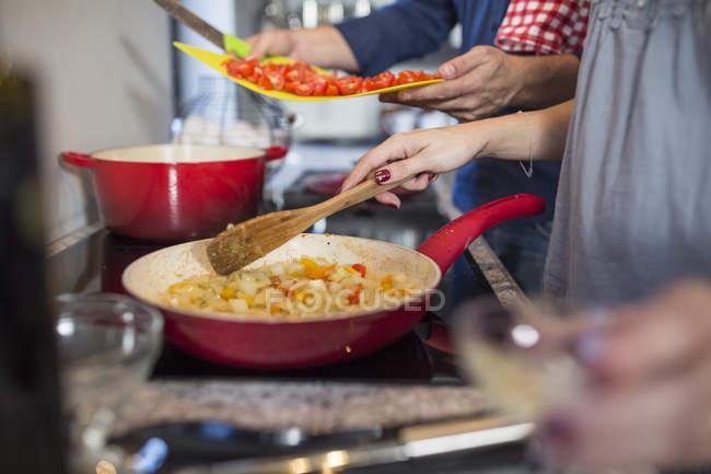 Чоловік і жінка кухні приготування їжі на плиті — стокове фото