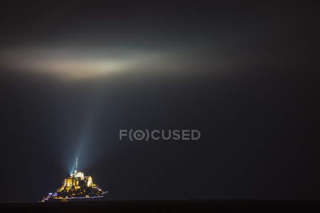 Vue lointaine du Mont Saint-Michel la nuit, France — Photo de stock