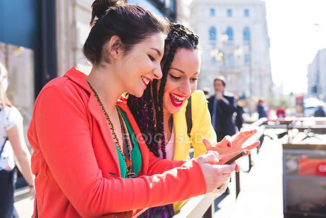 Женщины на перерыве с помощью смартфона, Милан, Италия — стоковое фото