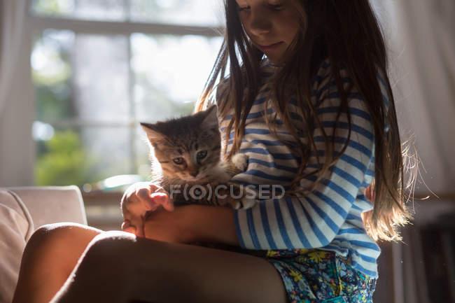 Seitenansicht des Mädchens mit Kätzchen auf dem Schoß — Stockfoto