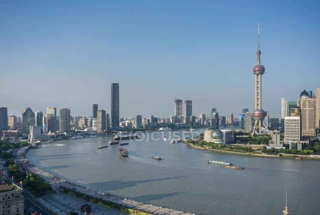 Erhöhte Stadtlandschaft mit orientalischem Perlenturm in Skyline und Huangpu-Fluss, Shanghai, China — Stockfoto