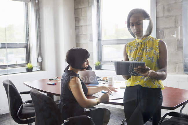 Two women working together in meeting room — Stock Photo