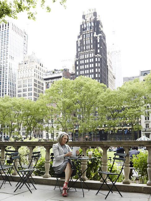 Donna d'affari che utilizza tablet digitale sul balcone, New York, Stati Uniti — Foto stock