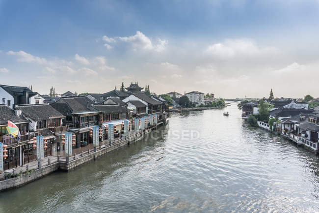 Waterway with traditional waterfront buildings and restaurants, Shanghai, China — Stock Photo