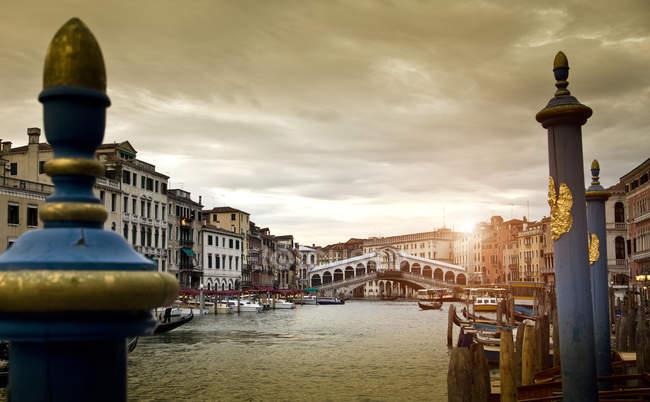 Barcos no canal ao pôr do sol, Veneza, Veneto, Itália, Europa — Fotografia de Stock