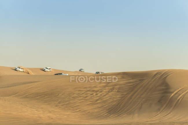 Veículos off-road condução em dunas do deserto, Dubai, Emirados Árabes Unidos — Fotografia de Stock