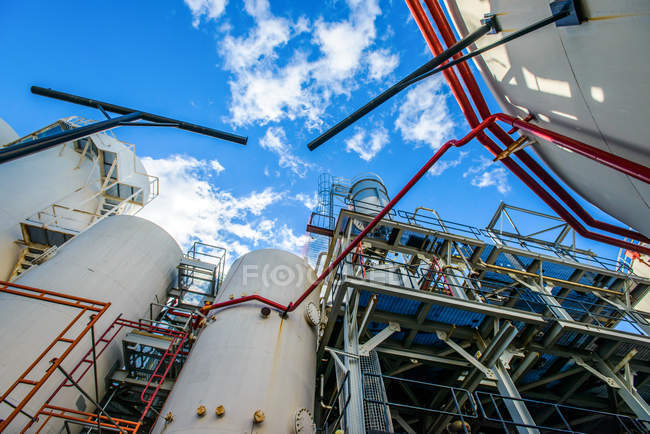 Низький кут зору резервуарів і промислових трубопроводів на біопаливо завод — стокове фото
