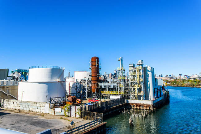 Высокий обзор промышленного биотопливного завода на набережной реки — стоковое фото