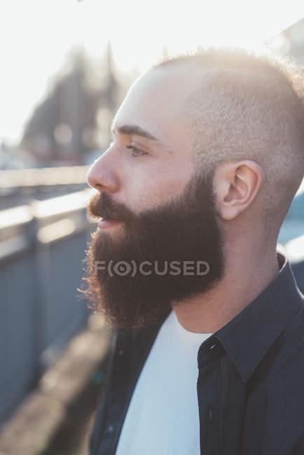Портрет бородатого человека, смотрящего в сторону — стоковое фото