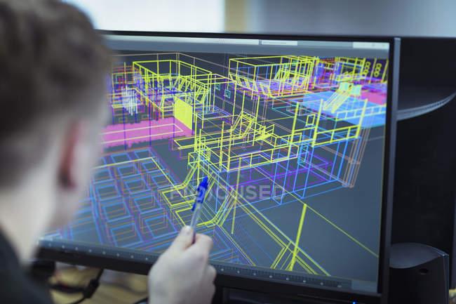 Lavoratore guardando disegno industriale wireframe CAD sullo schermo — Foto stock
