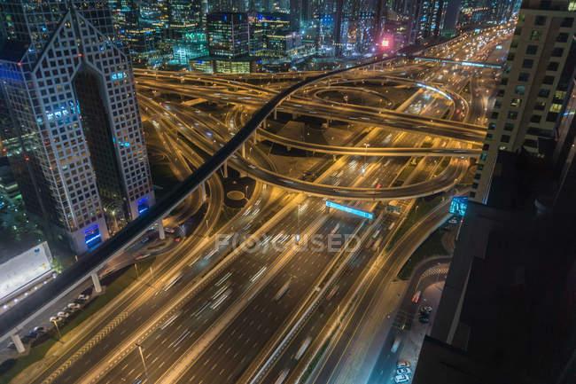 Vue en angle élevé du paysage urbain avec autoroute la nuit, Dubaï, Émirats arabes unis — Photo de stock