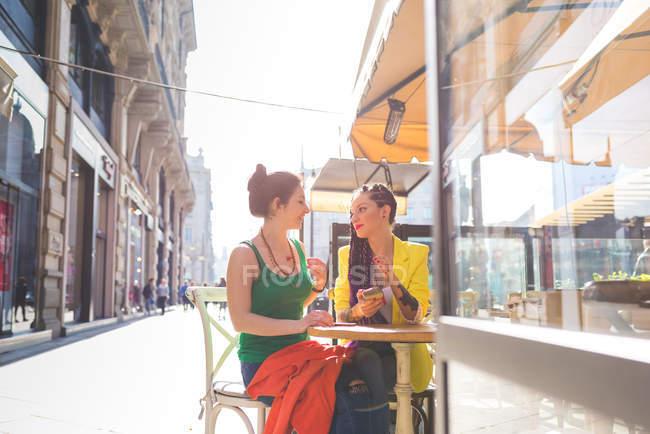 Жінок на місто перерву в придорожньому кафе, Мілан, Італія — стокове фото