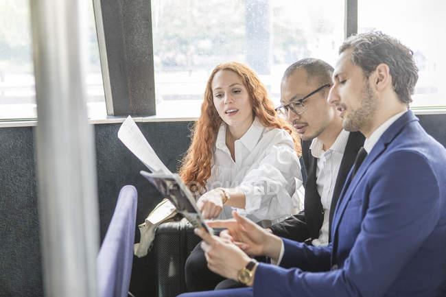 Бізнесменів та жінка, вказуючи на оформлення документів на Пасажирські пороми — стокове фото
