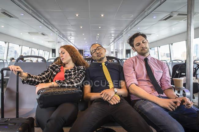 Деловая женщина и мужчины засыпают на пассажирский паром — стоковое фото