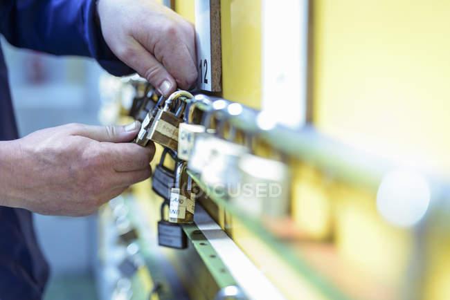 Vue en coupe du mécanicien qui inspecte les cadenas de sécurité dans les trains — Photo de stock