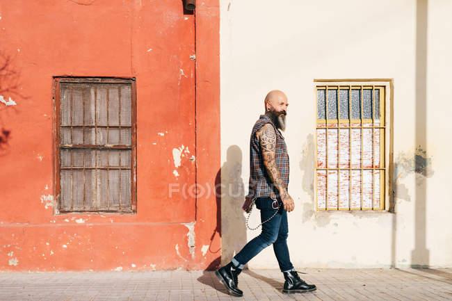 Reifer männlicher Hipster läuft Gehweg entlang — Stockfoto