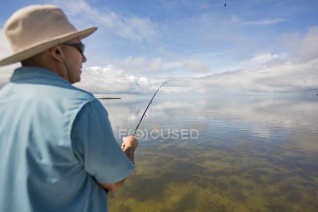 Резервного зору людини рибалка в Мексиканській затоці, Homosassa, Флорида, США — стокове фото