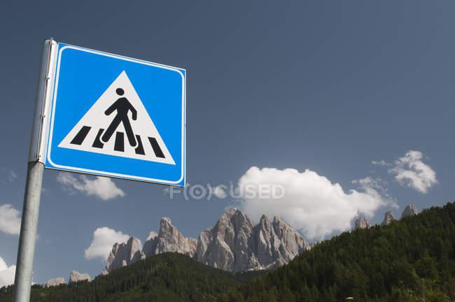 Пішохідний перехід відписувати Odle гори та Синє небо, місті Funes долини, Доломітові Альпи, Італія — стокове фото