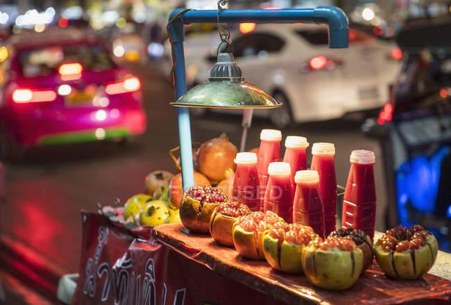 Гранатовий сік на вулиці продовольчої стійло, Бангкок, Таїланд — стокове фото