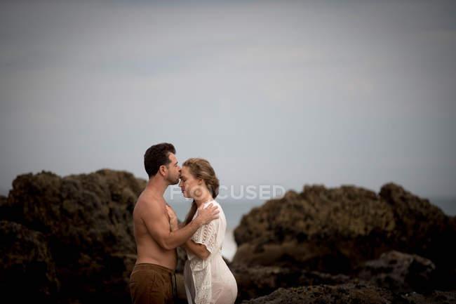 Couple romantique sur la plage, Malibu, Californie, États-Unis — Photo de stock
