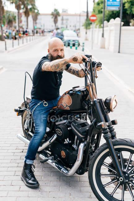 Retrato de hipster hombre maduro sobre motos, Valencia, España - foto de stock