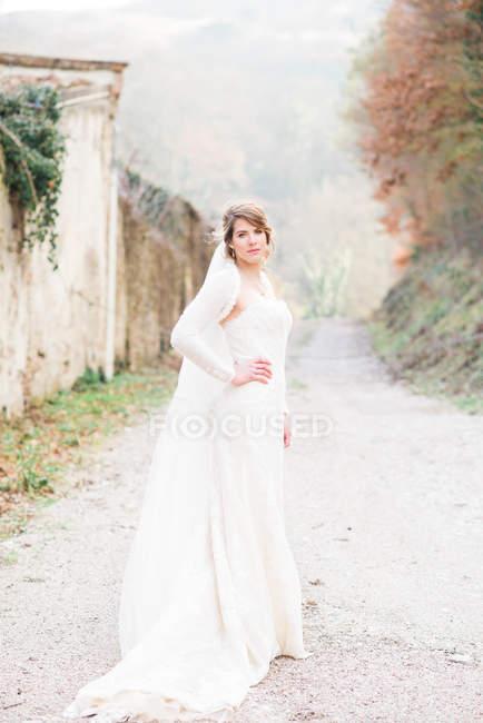 Portrait de mariée sur chemin de campagne — Photo de stock