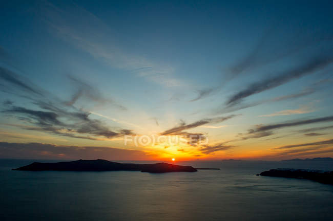 Sun setting over sea on horizon, Oia, Santorini, Kikladhes, Greece — Stock Photo