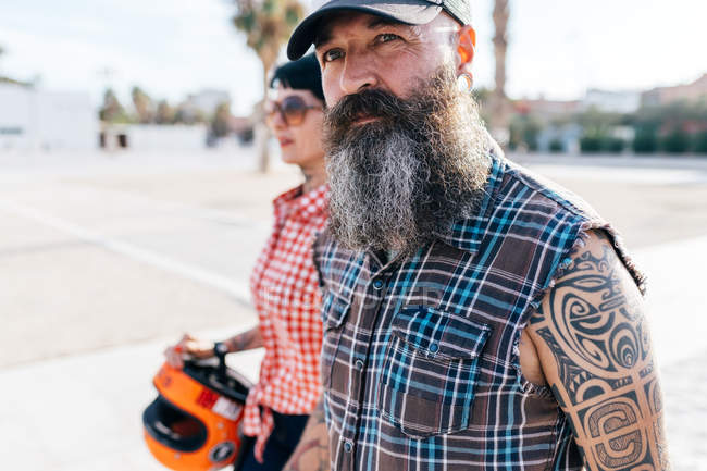 Mature tattooed hipster couple strolling, Valencia, Spain — Stock Photo