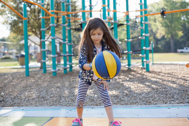 Молодая Девка На Детской Площадки
