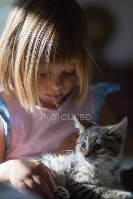 Porträt eines kleinen Mädchens mit Kätzchen — Stockfoto