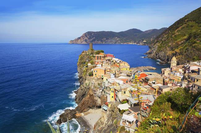 Villaggio di pescatori a picco sul mare, Vernazza, Liguria, Italia, Europa — Foto stock