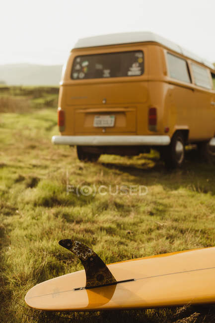 Yellow surfboard and vintage van on roadside, Exeter, California, USA — Stock Photo