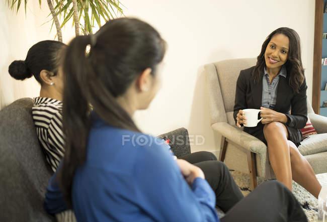 Drei Geschäftsfrauen mit entspannten Treffen — Stockfoto