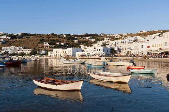 Boote am Pier, Stadt im Hintergrund, Mykonos-Stadt, Kykladen, Griechenland — Stockfoto
