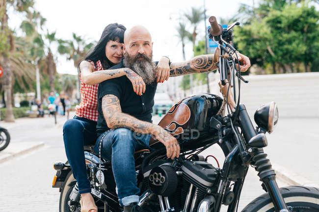 Pareja madura hipster a caballo de la motocicleta, Valencia, España - foto de stock