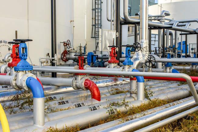 Valvole tubi industriali nello stabilimento di biocarburanti — Foto stock