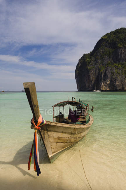 Boat on beach, Maya Bay, Phi Phi Le Island, Thailand — стоковое фото