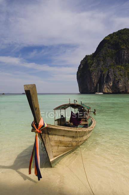 Bateau sur la plage, Maya Bay, Phi Phi Le Island, Thaïlande — Photo de stock