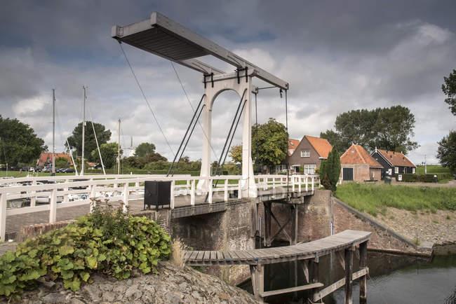 Waterfront bridge and houses, Veere, Zeeland, Netherlands — Stock Photo