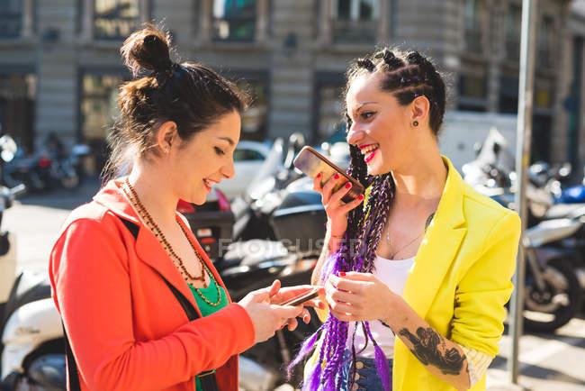 Mulheres na cidade de quebrar usando telefones celulares, Milão, Itália — Fotografia de Stock