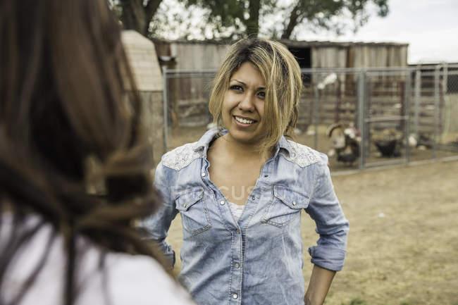 Zwei Frauen auf Bauernhof, im Gespräch — Stockfoto